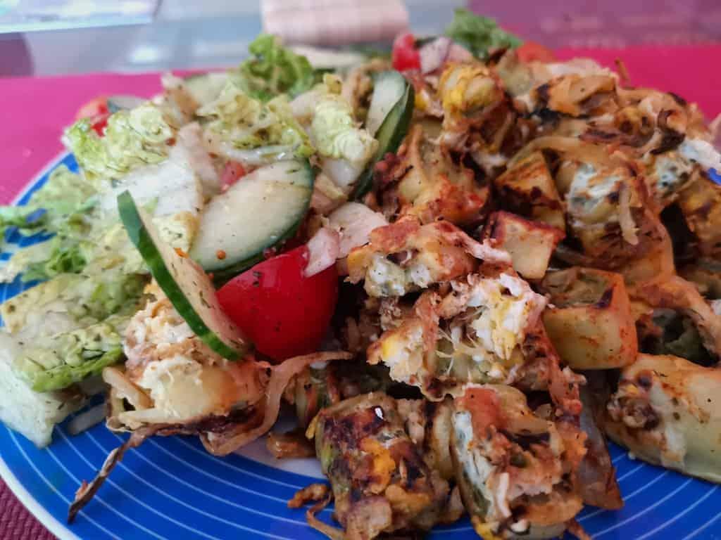 Gebratene Maultaschen mit Ei und Salat