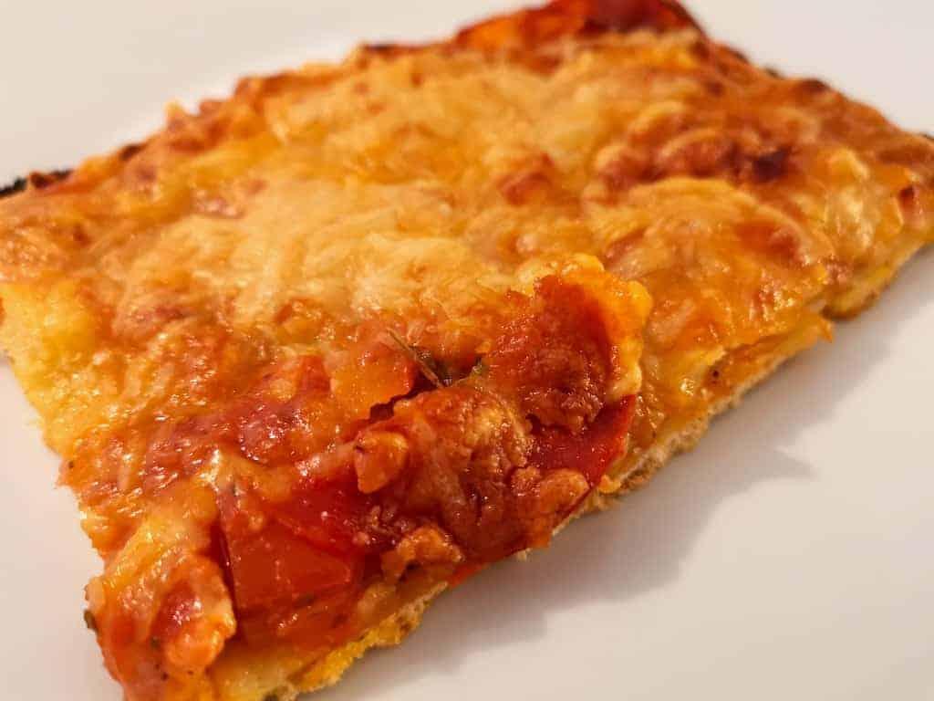 Ein Stück selbstbelegte Pizza