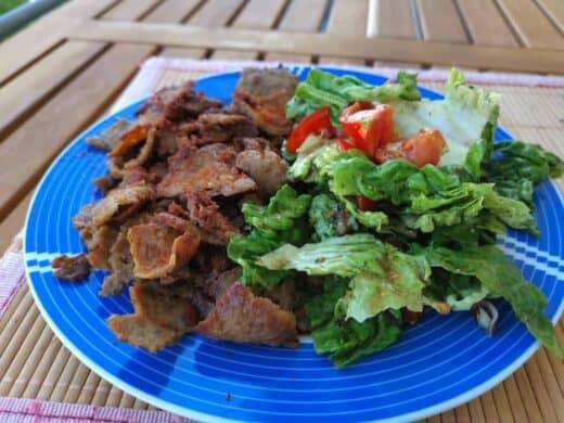 Dönerteller selbstgemacht mit Salat auf dem Balkon