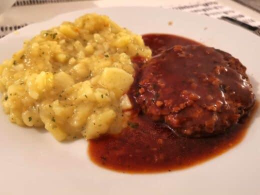 Fleischküchle mit frischem Kartoffelsalat und Soße