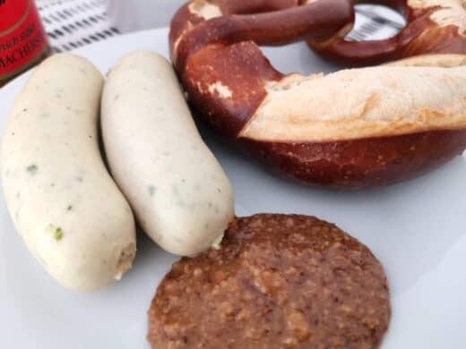 Kleines Weißwurstfrühstück mit Brezel aufgebacken und süßem Senf