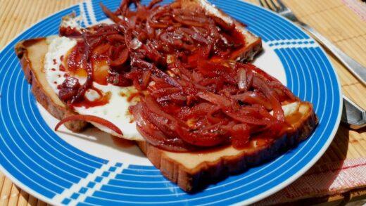 Fleischkäse mit Rotwein-Zwiebel-Sauce