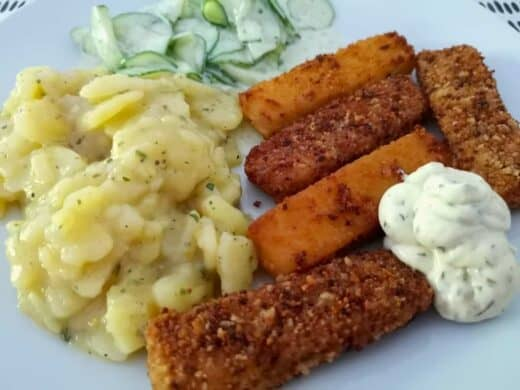 Brezelfischstäbchen mit leckeren Kartoffel- und Gurkensalat