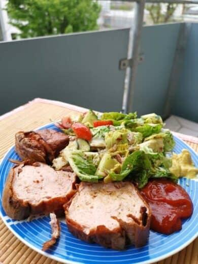 Frisch aufgebackener Leberkäse mit Salat auf dem Balkon