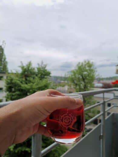 Mit einem Glas Sanbitter auf dem Balkon