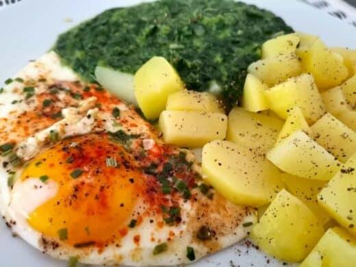 Kartoffeln, Spinat und Spiegelei