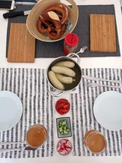 Weisswurstfrühstück mit Gemüse