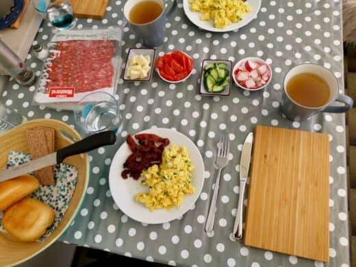 Rührei mit Speck und Brötchen für mich zum Frühstück