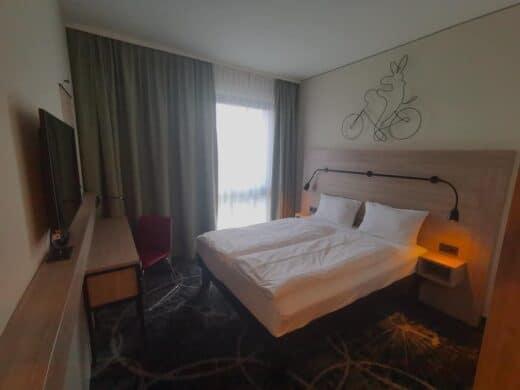 Unser Zimmer im Ibis Styles in Magdeburg bei fiesem Gegenlicht