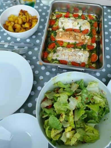 Salat, Zander und Lachs mit Knoblauch sowie Rosmarinkartoffeln
