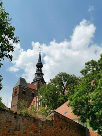St. Stephan Kirche vom Biergarten der Brauerei aus