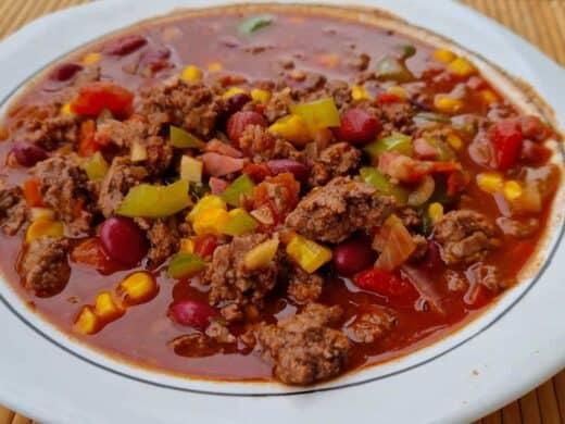 Chili mit wenig Bohnen und Mais, um Kohlenhydrate zu sparen