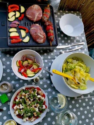 Grillgemüse, Lammrücken, Schweine-Peperono-Spieße, dazu Salat und Tomate-Mozarella