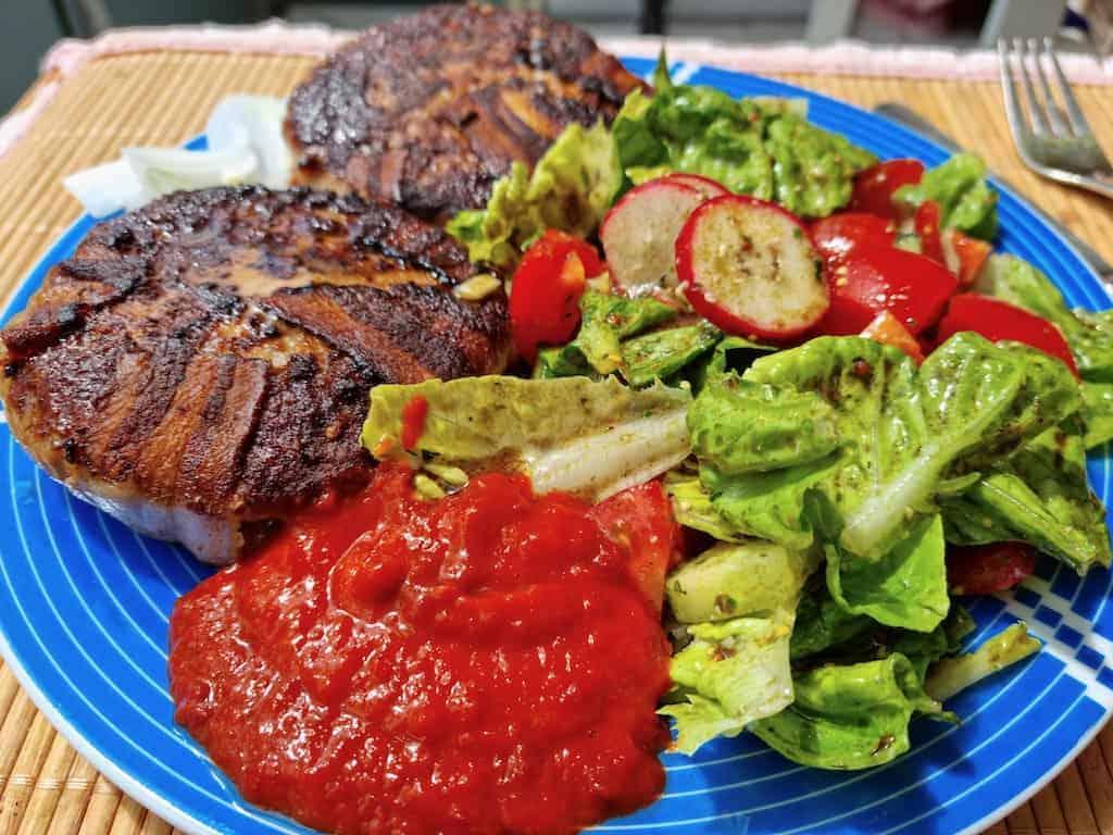 Bifteki mit Salat (und Ajvar mangels Tzatziki)