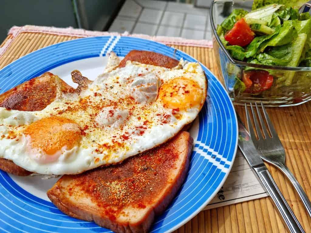 Fleischkäse mit Ei und Salat