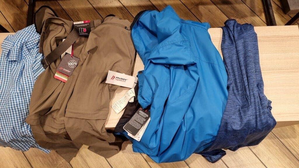 Meine Einkäufe: Hemd, Hose, Regenjacke und Hoodie