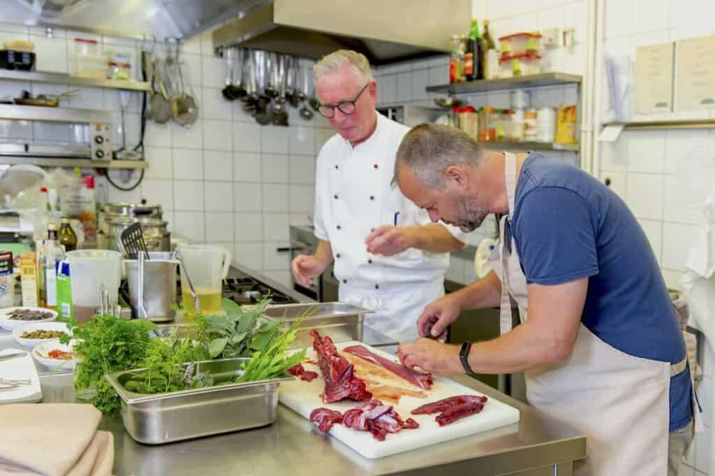 Hubert Mayer beim Wild zubereiten mit Franz Josef Ikenmeyer im Höxter Land
