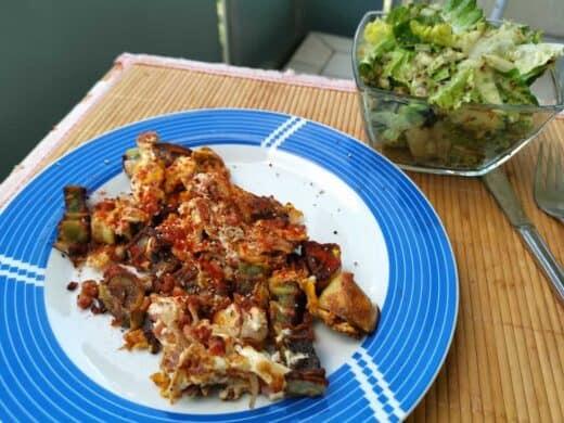 Eine Maultasche gebraten mit einem Ei und Salat