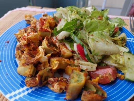 Geröstete Maultaschen mit Speck und Zwiebeln mit Salat