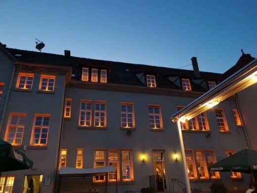Der Schlachthof Stuttgart bei Nacht vom Biergarten aus - stimmungsvoll beleuchtet
