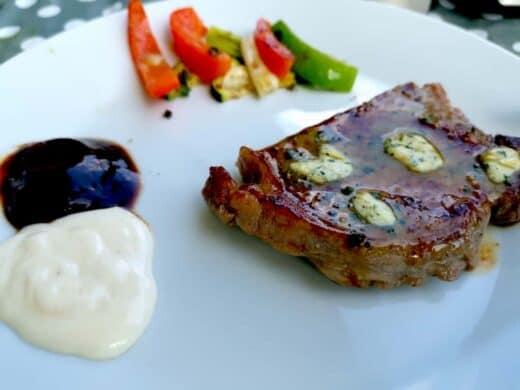 Mein erster Teller beim Grillen: Entrecote und Gemüse