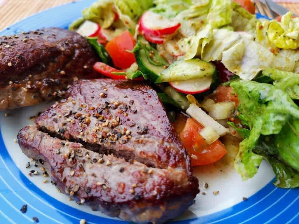 Steaks von der Rinderhüfte mit Salat