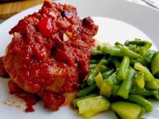 Hähnchenschlegel in Tomaten-Paprika-Soße mit Gemüse