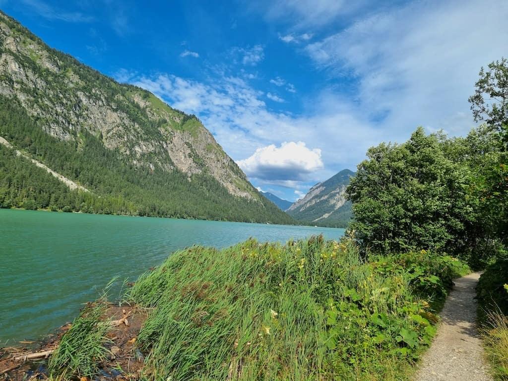 Der Wanderweg rund um den Heiterwanger See - auf der einen Seite ein breiter Kiesweg, auf der anderen dann ein schön schmaler wurzeliger Waldpfad