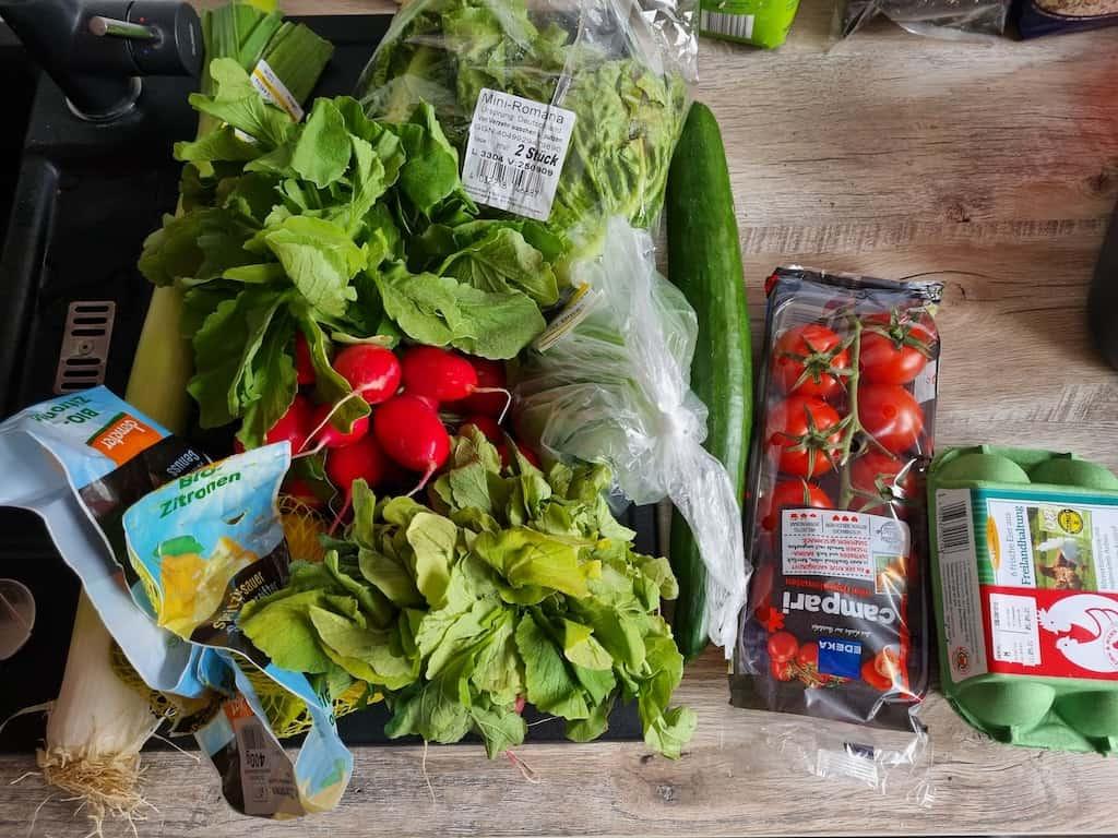 Einkäufe: Lauch, Salat, Gurke, Tomaten, Paprika, Radieschen (nicht im Bild: 1 kg Hack, Zitronen, Freiland-Hühner Eier...)