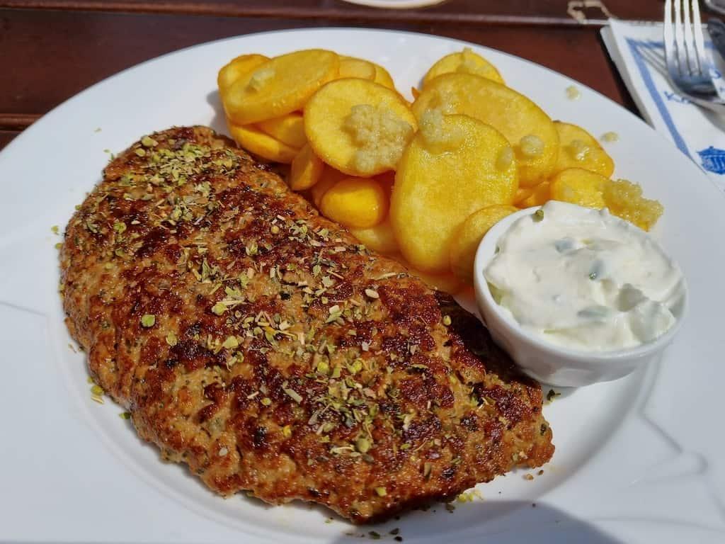"""Bifteki mit Knoblauchkartoffeln im """"Zum Lamm"""" in Widdern"""
