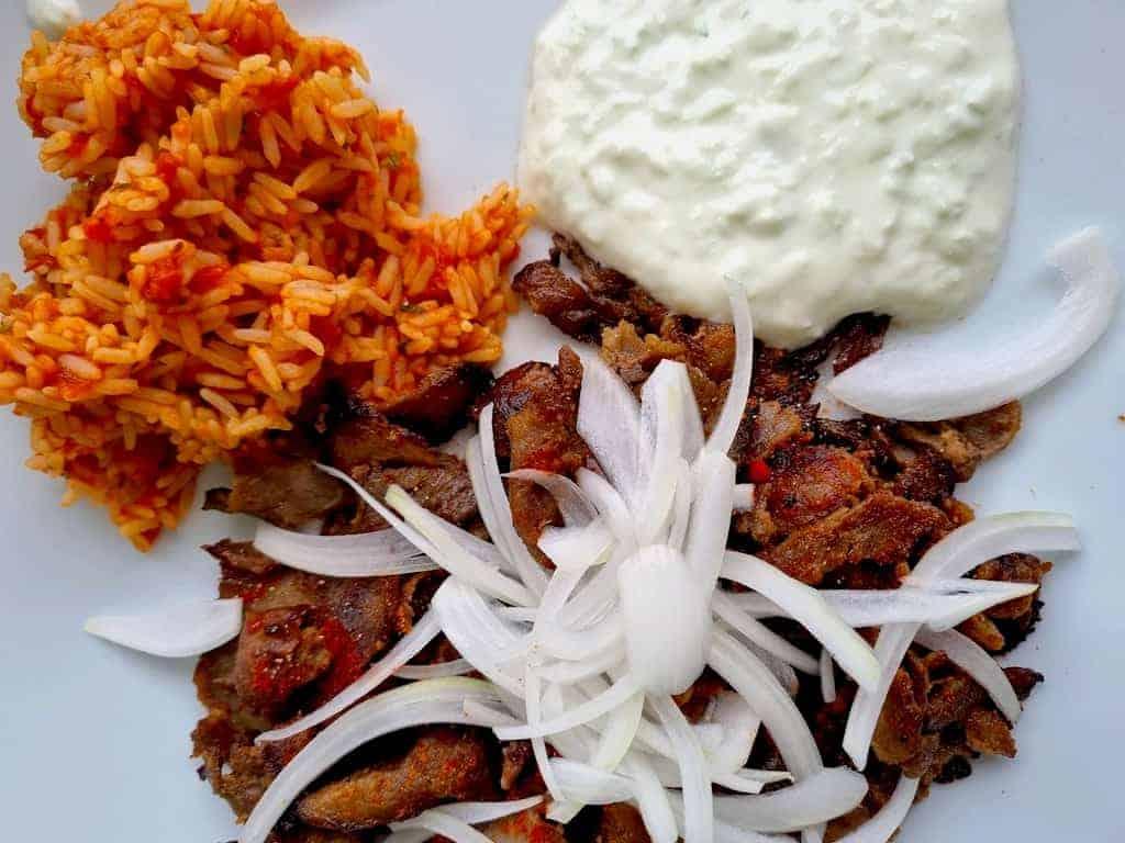 Döner Rind-Scheibenfleisch vom Jungbullen,Zwiebeln, Reis mit Tomate und Tzatziki
