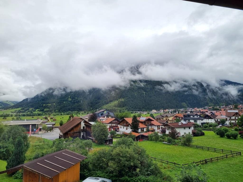 Der Blick aus unserem Schlafzimmerfenster - reichlich wolkenverhangen heute Morgen