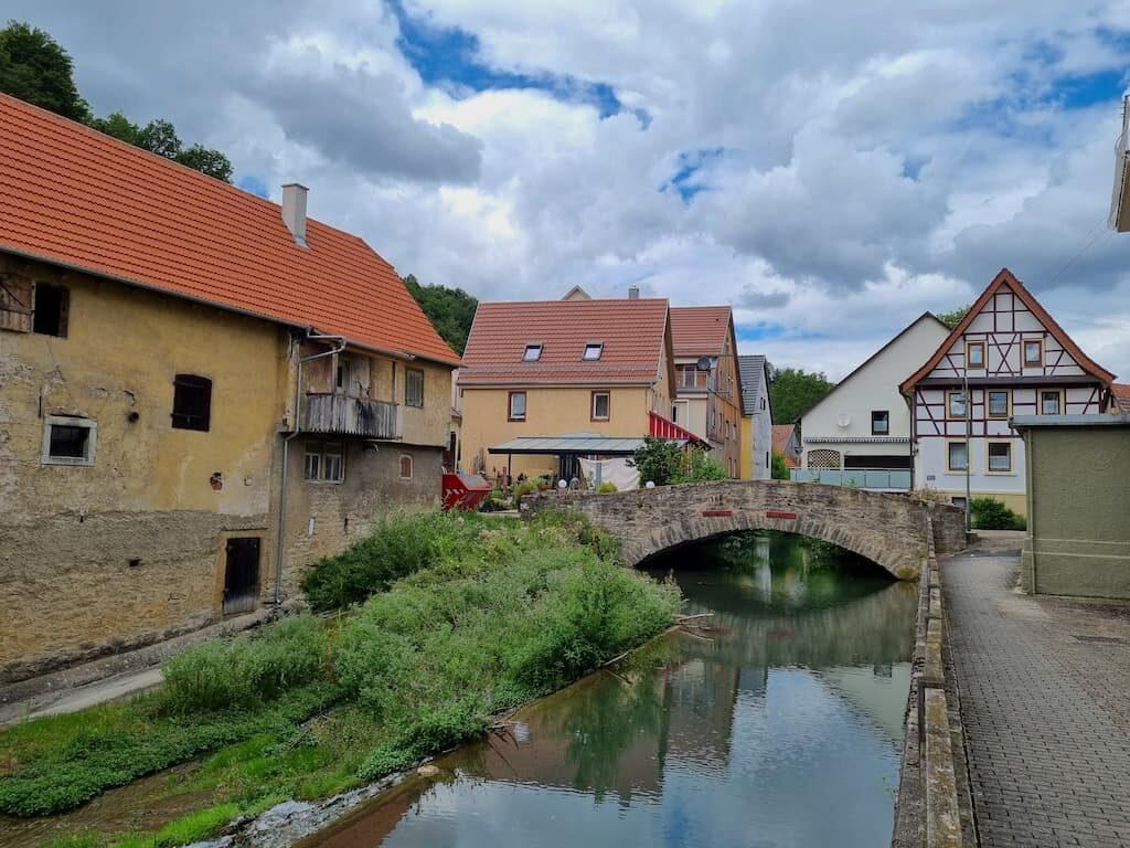Ein Eindruck aus Widdern - schön ist es da mit dem Bach und der Brücke