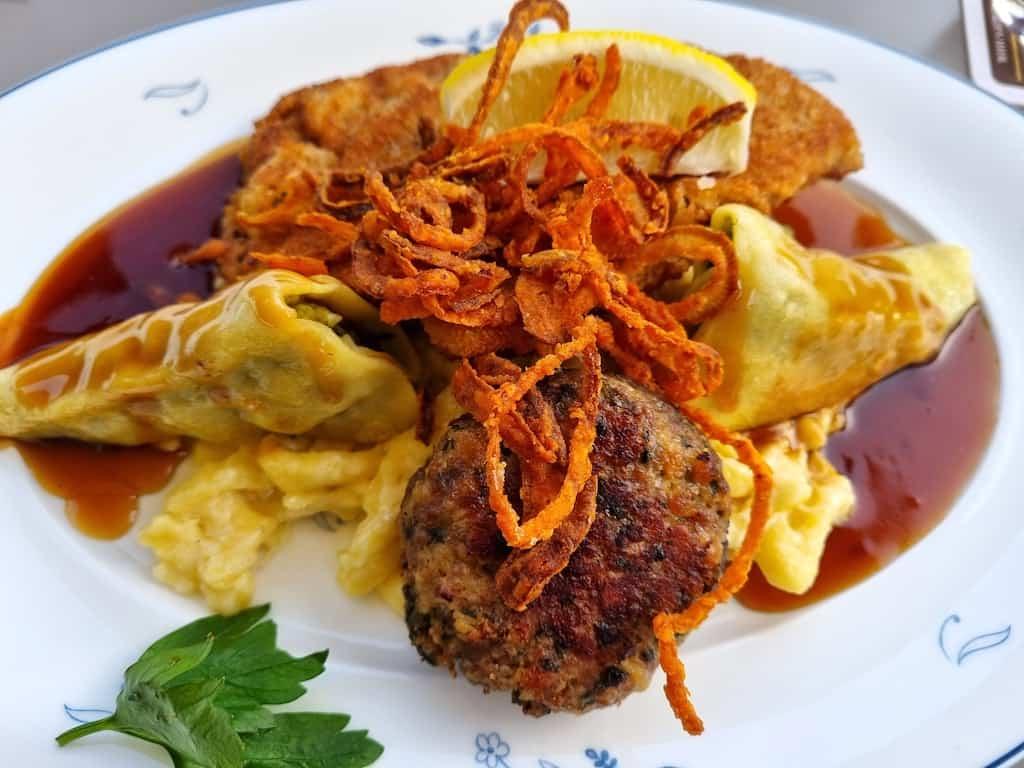 Wirtshausplatte (Wiener Schnitzel, Maultasche, Kalbsfleischküchle, Kässpätzle