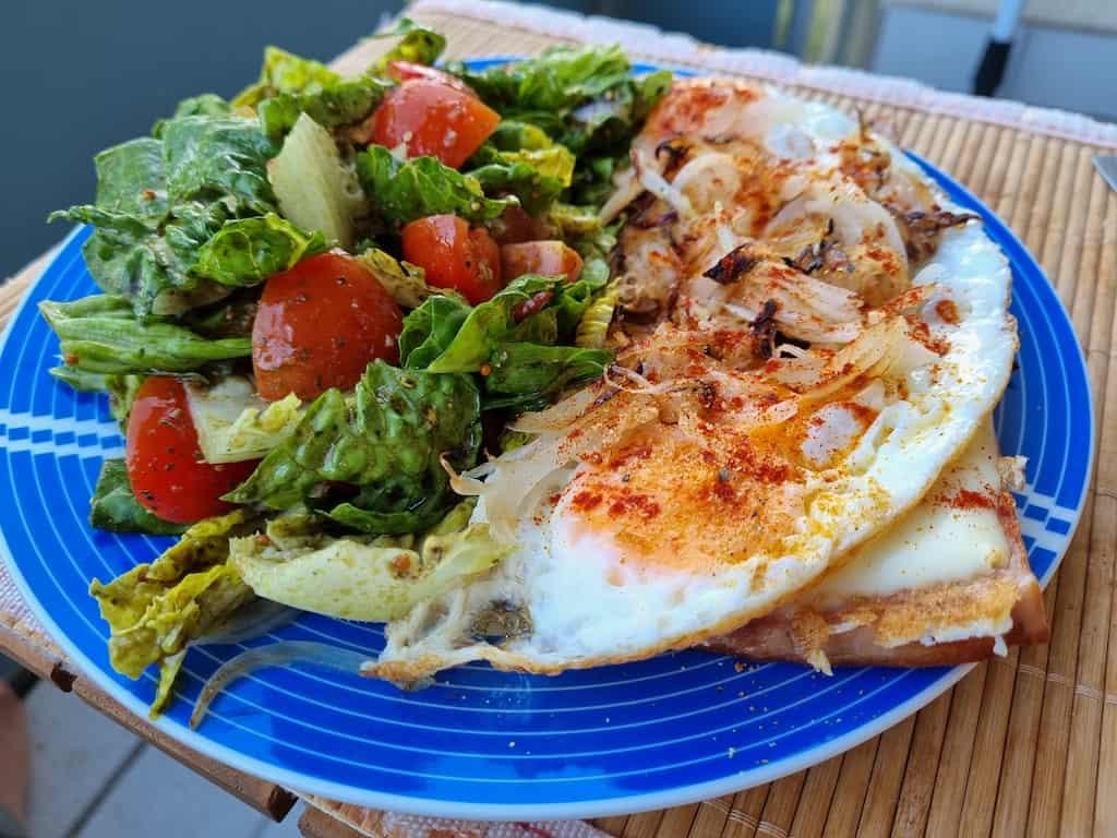 Fleischkäse, Ei und Salat
