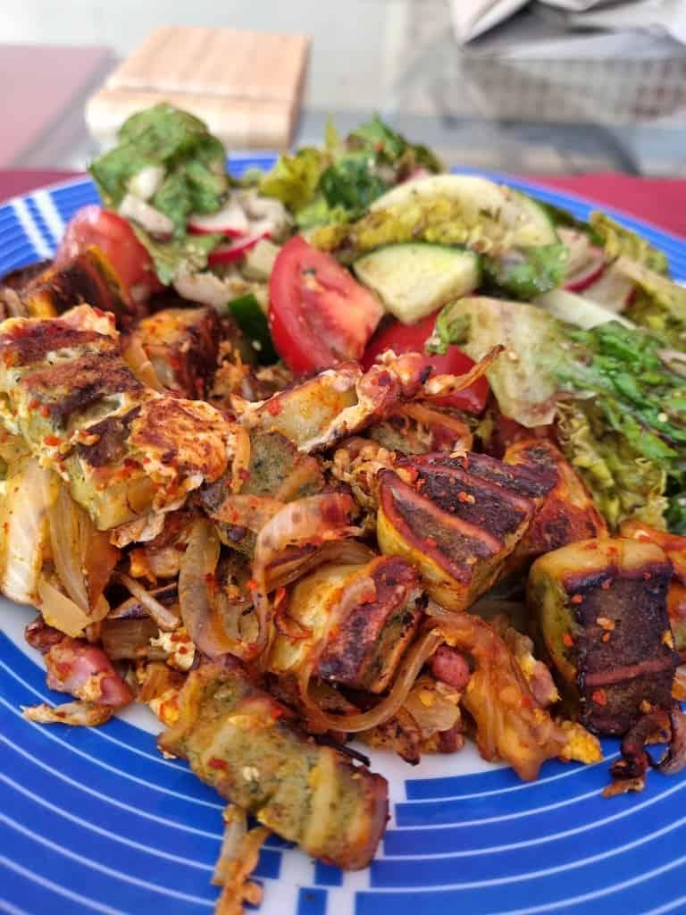 Geröstete Maultaschen mit Salat und dank des trüben Wetters drinnen verdrückt