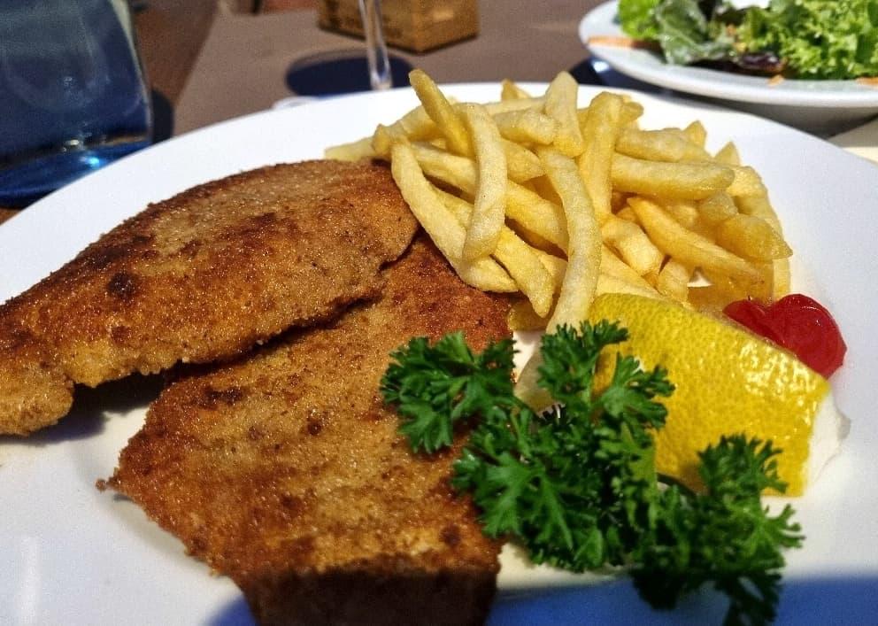 Sehr leckeres Schnitzel im Brauhaus Dinkelacker - mit Pommes statt Kartoffelsalat, dafür mit Beilagensalat