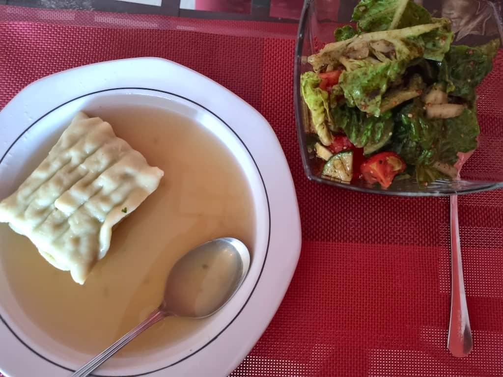 Maultasche in der Brühe und Salat